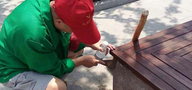 """人民广场志愿者保洁整治广场""""小广告"""" ,提升城市""""颜值"""